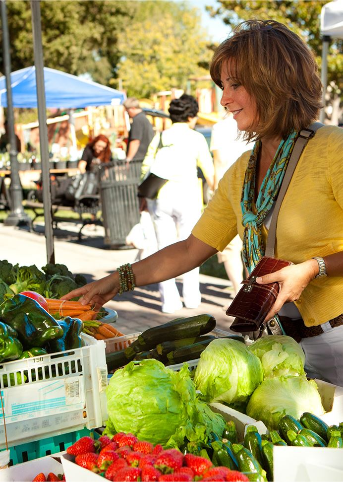 Woman buying veggies at the farmers market